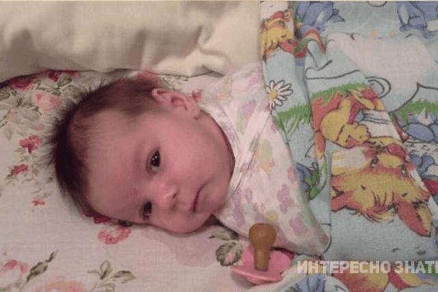 Открываю дверь, на пороге спит укутанный малыш, а рядом с ним записка от матери