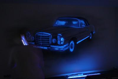 Malowanie mercedesa na ścianie farbami fluorescencyjnymi, grafitti UV, obraz świecący w ciemności