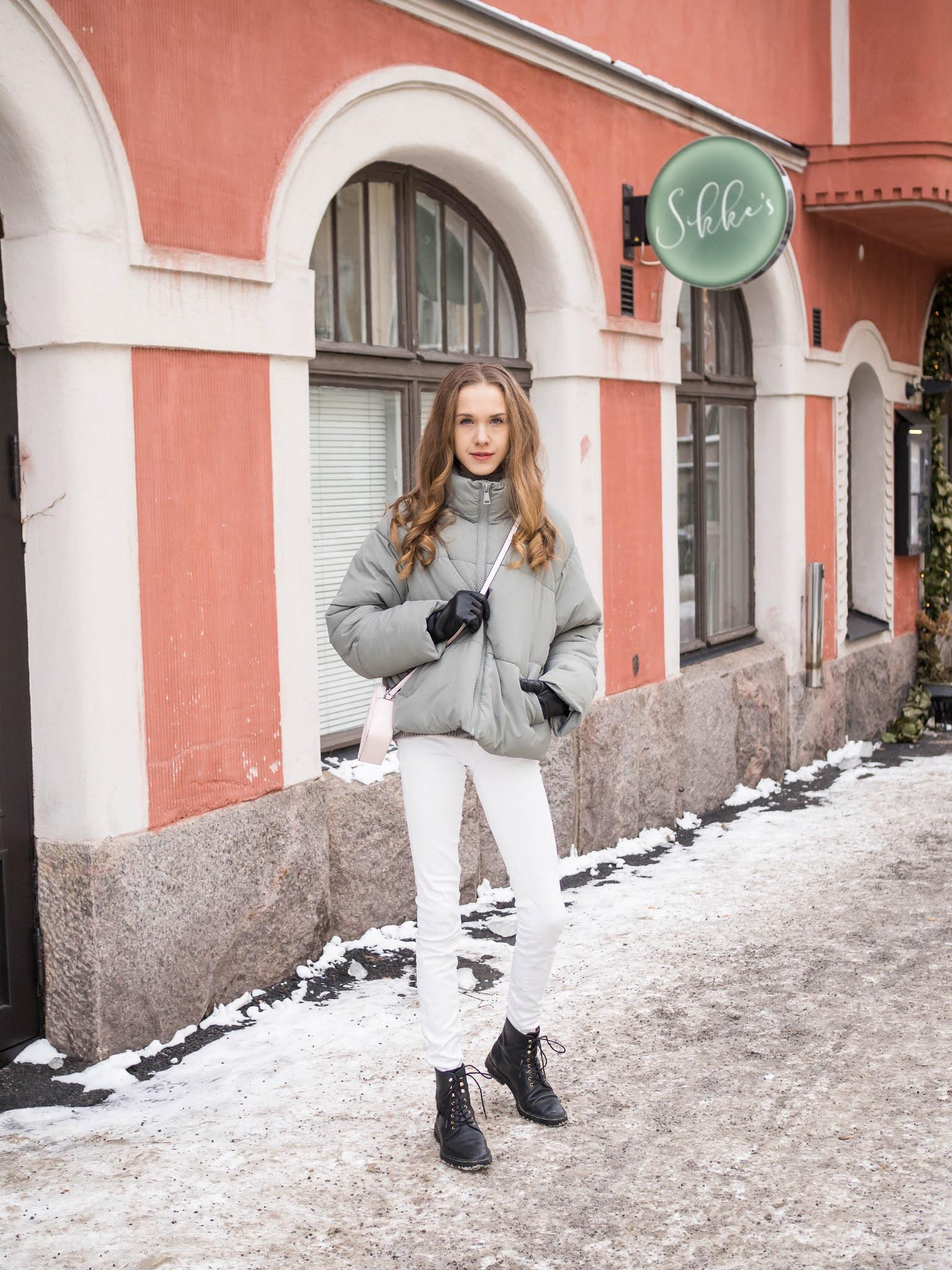 Kevättalven asuinspiraatio: valkoiset farkut, vihreä takki ja vaaleanpunainen laukku // Early spring outfit inspiration: green jacket, white jeans and pink crossbody bag