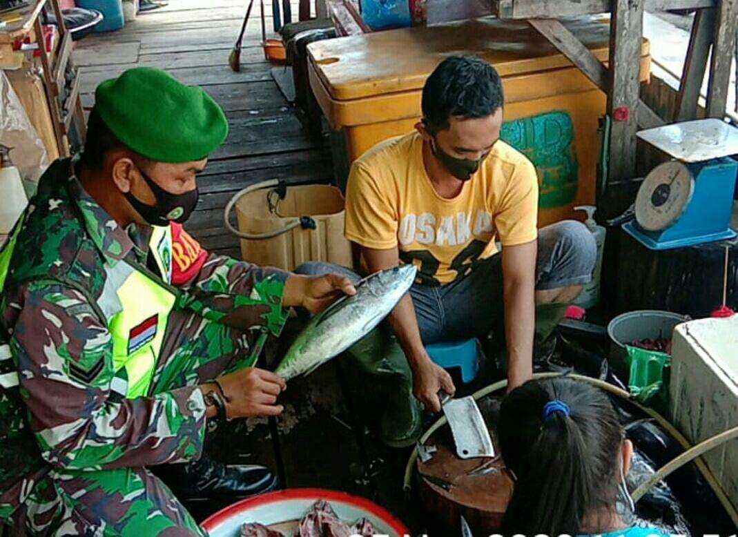 Babinsa Kelurahan Batu Hitam Melakukan Komsos Dengan Penjual Ikan Salai