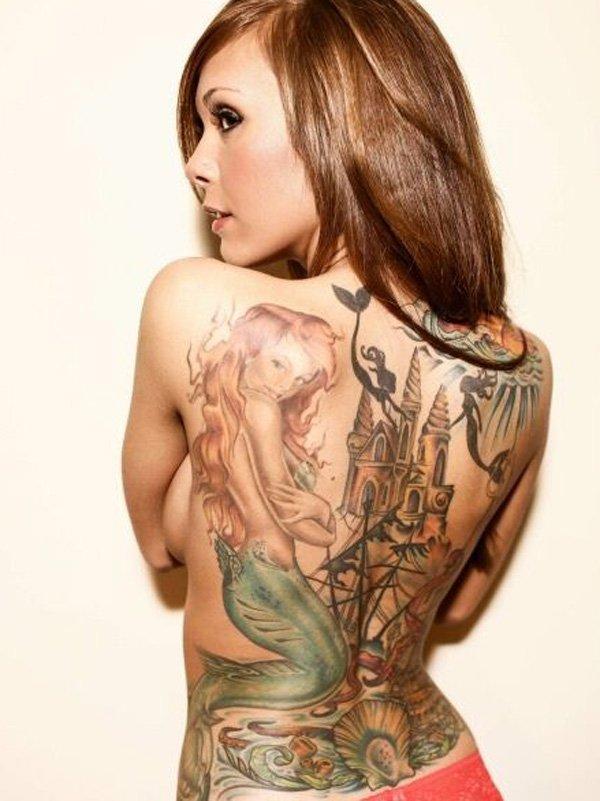 Fotografia de una preciosa modelo de espaldas, lleva un tatuaje que le ocupa toda la espalda, el tatuaje de una sirena