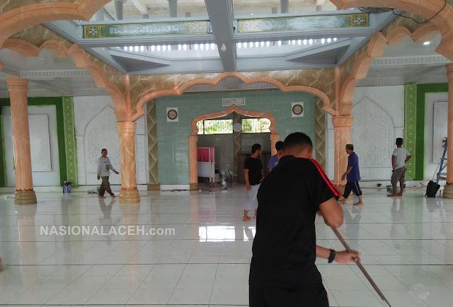 Antusias Sambut Ramadhan, Pemuda Paya Dapur Bersih-bersih Masjid