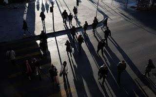 Η Ελλάδα γερνάει, μικραίνει και φτωχαίνει