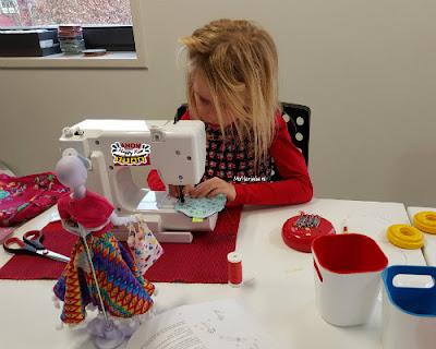 dochterlief 6 jaar achter naaimachine