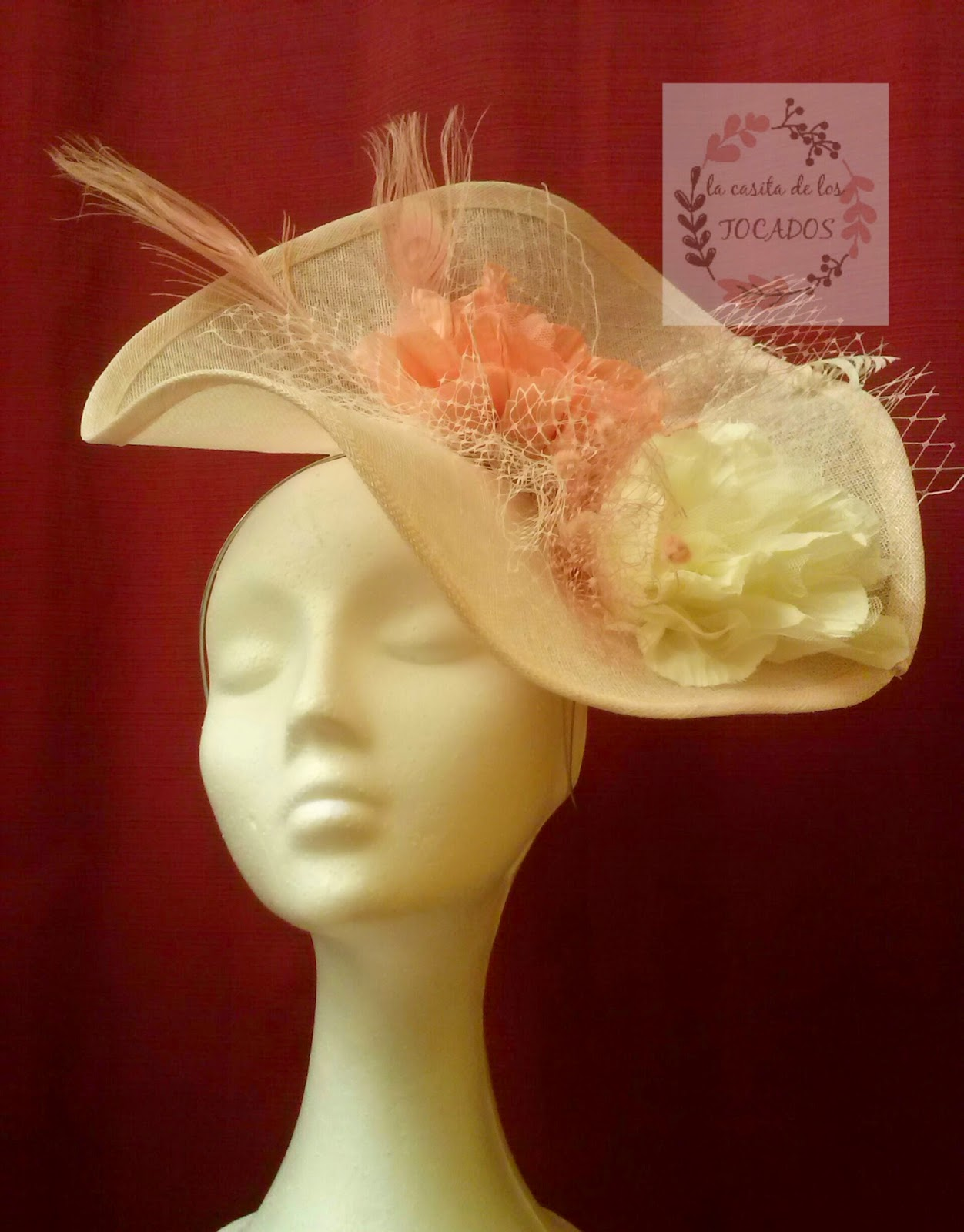 tocado de sinamay en colores rosa vintage y crudo con velo, plumas y flores a modo de pamela para boda de día