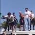Bolsonaro salta de carro de som, mas plateia não segura e ele cai no chão