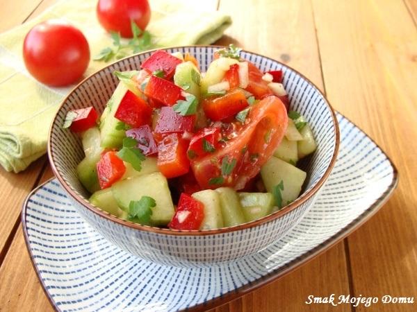 Surówka z papryką, ogórkiem i pomidorami