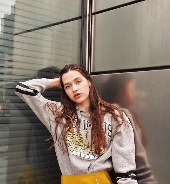fashion, outfit, stylizacja z żółtą spódnicą, kabaretki, miejsca na zdjęcia, modelka, trendy 2019, wiosna 219, modelka, sesja, zdjęcia, fashion blogger, styl, co założyć, zdjęcia w Warszawie, miasto, modelka, grlpower, żółty