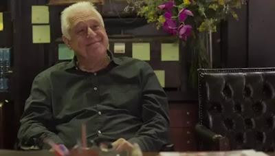Alberto (Antonio Fagundes) reage feliz ao ensaio da sua despedida — Foto: TV Globo