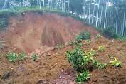 video detik-detik seorang pria nyaris tertimpah longsor di cianjur