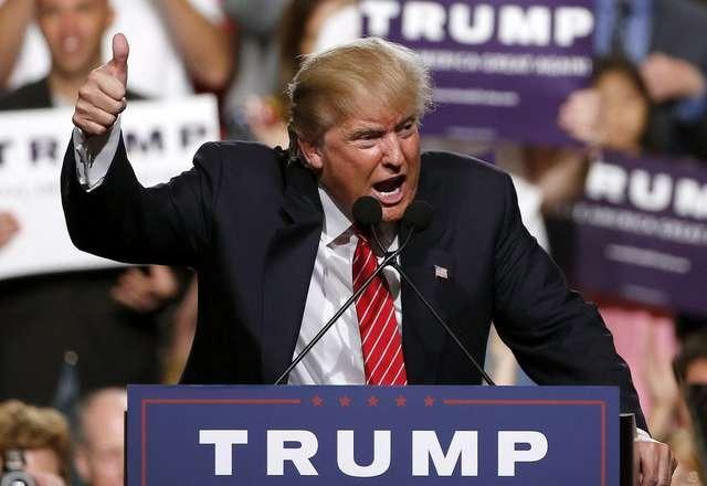 Πριν την οριστική του έξοδο από το Λευκό Οίκο, ο Τραμπ είχε μετατρέψει την περίοδο εναλλαγής στην εξουσία σε μια περίοδο πρωτοφανούς αμφισβήτησης των δημοκρατικών θεσμών από έναν πρόεδρο. Έδωσε το σύνθημα στον όχλο των υποστηρικτών του για μια άνευ προηγουμένου εισβολή στο Καπιτώλιο. Επέμεινε να αμφισβητεί χωρίς το παραμικρό στοιχείο τη νομιμότητα της εκλογικής διαδικασίας και το αποτέλεσμά της. Υπέγραψε διατάγματα για απονομή χάριτος σε προσωπικούς συνεργάτες και φίλους του που είχαν καταδικασθεί για σοβαρά ποινικά αδικήματα. Χρησιμοποίησε στρατιωτικό αεροδρόμιο για τις προσωπικές του φιέστες, ίσως γιατί το όνειρο του ήταν μια στρατιωτική δικτατορία.  Τελικά, οι δημοκρατικοί θεσμοί άντεξαν, ο επίδοξος δικτάτορας δεν μπόρεσε να πετύχει τον στόχο του και πήγε για διακοπές στο Μαρ Λάγκο της Φλόριντα.  Θα έλεγε κανείς ότι η αμερικανική Δημοκρατία νίκησε τον Τραμπ. Όμως όσοι αντιλαμβάνονται πώς λειτουργεί το αμερικανικό πολιτικό σύστημα καταλαβαίνουν ότι η απειλή δεν έχει απομακρυνθεί οριστικά. Ο Τραμπ παραμένει ένας πολιτικός επικίνδυνος για τη Δημοκρατία: διαθέτει πλούτο, μεγάλη υποστήριξη από τη βάση του Ρεπουμπλικανικού Κόμματος και δεν κρύβει τη φιλοδοξία να επανέλθει ως προεδρικός υποψήφιος στις επόμενες εκλογές. Το 2016 πολλοί υποτίμησαν τον Τραμπ, πιστεύοντας ότι ήταν απίθανο να εκλεγεί και το ίδιο λάθος δεν πρέπει να επαναληφθεί.  Στην πραγματικότητα, το μεγάλο βάρος της ευθύνης για να αποτραπεί μια επικίνδυνη επαναφορά του Τραμπ σε τροχιά διεκδίκησης του Λευκού Οίκους πέφτει στο κόμμα του. Έχει χρέος στη Δημοκρατία το Ρεπουμπλικανικό Κόμμα να μην επιτρέψει στον Τραμπ να ταυτιστεί μαζί του και να αμαυρώσει την ιστορία ενός κόμματος που τόσοι άξιοι πρόεδροι στο παρελθόν το έχουν υπηρετήσει. Ο Τραμπ φεύγει, αλλά το Ρεπουμπλικανικό Κόμμα μένει. Οι Ρεμπουμπλικάνοι μένουν στη Γερουσία και έχουν χρέος να υπερασπιστούν τη Δημοκρατία.  Οφείλει να αντιληφθεί η ηγεσία του κόμματος ότι ποτέ ο Τραμπ δεν πήρε 75 εκατομμύρια ψήφους, όπως δηλώνει με θράσος. Αυτές οι ψήφοι ανή