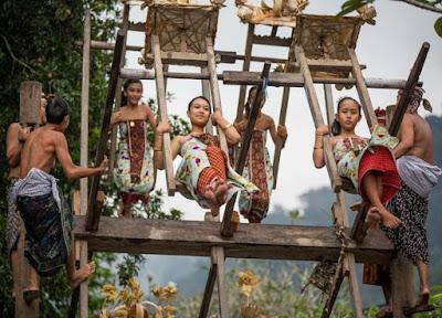 Tradisi main ayun-ayunan di Desa Tenganan