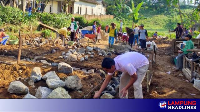 Tokoh Pemuda Gisting Dan Masyarakat Swadaya Bangun Rumah Mbah Sarmen