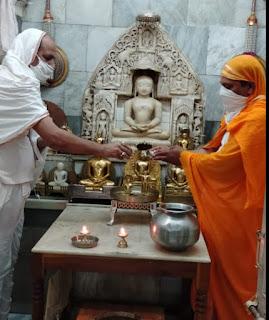पर्युषण पर्व में सोशल डिस्टेंसिग के साथ पर्युषनपर्व अनुष्ठान प्रारम्भ, दिगम्बर जैन मंदिर में बह रही धर्म गंगा
