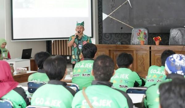 Driver Go-Jek menerima pelatihan dalam pendistribusian obat bagi pasien rumah sakit di Banyuwangi.