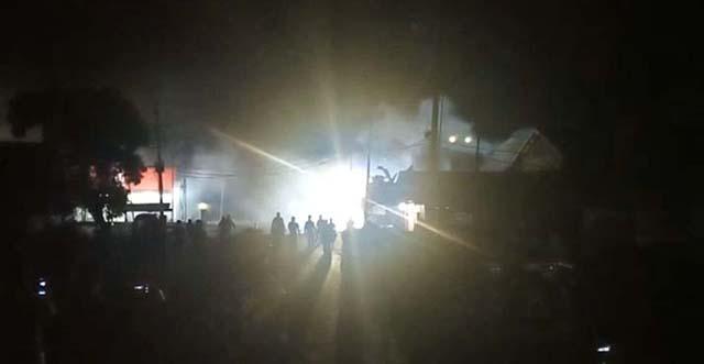 Polisi Pukul Mundur Demonstran Penolak TKA China dengan Gas Air Mata