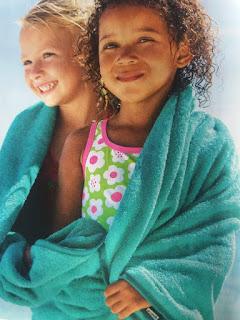 Двое детей в одном полотенце