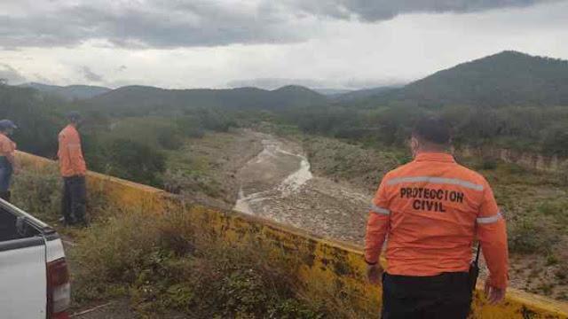 """En la mañana de este lunes el director de Protección Civil en Lara, Luis Mujica, declaró para el equipo de Somos TV y Noticias Barquisimeto, que las reiteradas lluvias que se han presentado en cada uno de los municipios del estado Lara son consecuencia de la Onda Tropical Número 41, la cual se está desplazando por toda la región Centro Occidental del país.   Debido al paso por el Centro Occidente de Venezuela de esta onda tropical, Luis Mujica, informó que el cuerpo de seguridad se mantienen en alerta ante las intensas precipitaciones registradas durante las últimas horas en toda la entidad y las que puedan ocurrir en los próximos días.  «Ayer y desde primeras horas de la mañana hemos tenido diversas precipitaciones con intensidad variable en cada uno de los municipios, esto debido al tránsito desde la región central al centro occidente del país de la Onda Tropical N° 41, generando la activación de la Zona de Convergencia Intertropical», declaró Mujica.  Así mismo, estableció que en los nueve municipios ya hay equipos vigilando y haciendo monitoreo a los cauces naturales de ríos, quebradas y bucos, así como el drenaje de las principales ciudades estado.   """"Todo el equipo de Protección Civil y Administración de Desastres, en conjunto con los órganos de seguridad ciudadana de la Gobernación del estado Lara, nos mantenemos desplegados haciendo monitoreo constante a las diferentes zonas ya catalogadas como de alto riesgo"""", indicó Mujica.  También mencionó que hasta el momento han ocurrido dos afectaciones por estas lluvias en el centro de la ciudad de Barquisimeto, «una se produjo por colapso de pared y la otra por filtraciones y daños en el techo», ambas están siendo atendidas junto con el apoyo del gobernador del estado, Adolfo Pereira.  Luis Mujica culminó sus declaraciones, indicando a la población larense que, en casos de emergencia, se comuniquen al 0251-2543965, 0251-2544889, o al puesto de comando de la Gobernación, que es el 0800 Timón 01.  Noticias Barquisimet"""