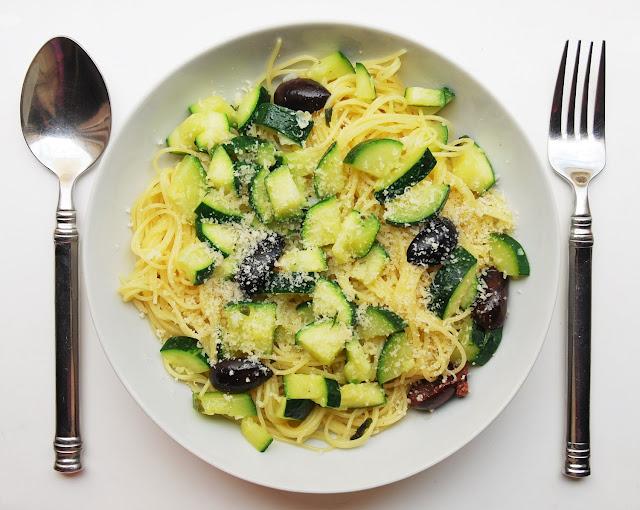 Spaghetti aux courgettes, olives et parmesan