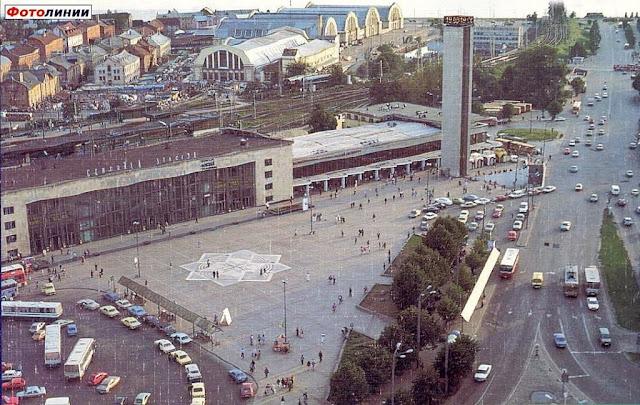 1995 год. Панорамный вид на ж/д вокзал и привокзальную площадь.