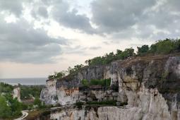 Bukit batu kapur putih