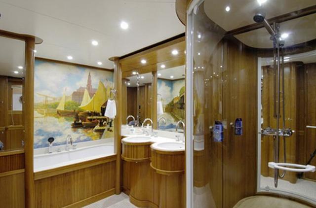 Ванная комната тоже весьма заурядная – две раковины, душевая кабинка, на стене – картина.