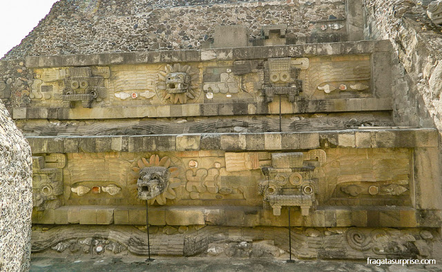 Representações de Quetzalcoatl, a serpente emplumada, em Teotihuacán