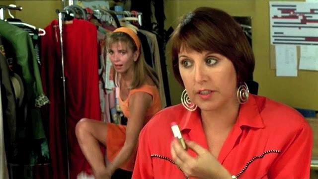 La actriz Loles León junto a Victoria Abril en un fotograma de la película de Pedro Almodovar 'Átame'