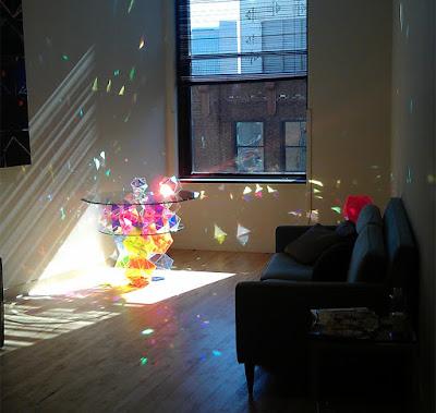 Idea para decorar la sala con mesa colorida
