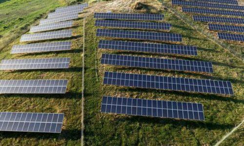 Εκτόξευση κατά 60% του νέου δυναμικού ανανεώσιμων πηγών ενέργειας που θα ενταχθούν εφέτος στο δίκτυο ηλεκτροδότησης, σε σύγκριση με πέρυσι, αναμένεται σύμφωνα με επίσημες εκτιμήσεις, ενώ το ενδιαφέρον για κατασκευή νέων μονάδων παραμένει αμείωτο και αυξάνεται. Όπως αναφέρουν αρμόδιες πηγές στο ΑΠΕ – ΜΠΕ, οι αιτήσεις για κατασκευή αιολικών και φωτοβολταϊκών υπερκαλύπτουν όχι μόνο τους στόχους που έχουν τεθεί από την ΕΕ αλλά και την τεχνική δυνατότητα του ελληνικού συστήματος.