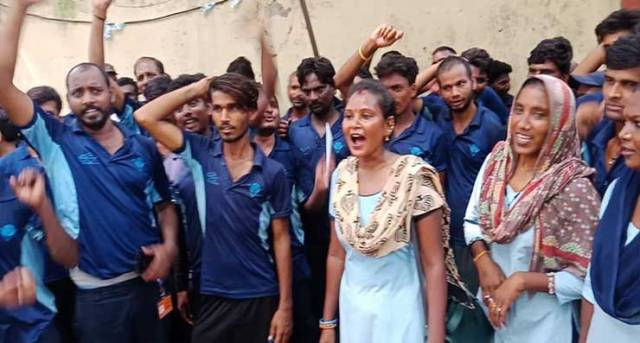रेलवे के सफाईकर्मियों ने जंतरमंतर पर प्रदर्शन किया