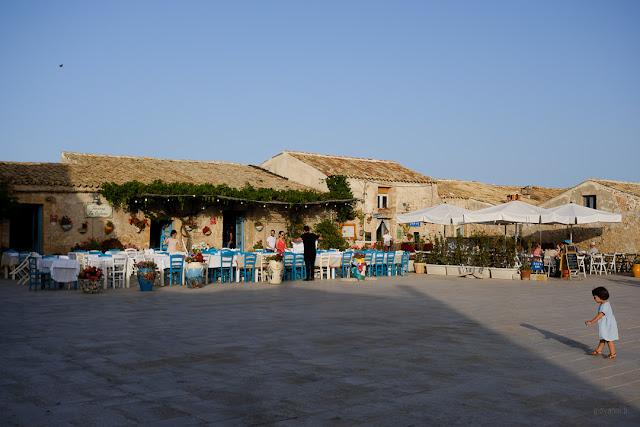 I locali nella piazzetta di Marzamemi