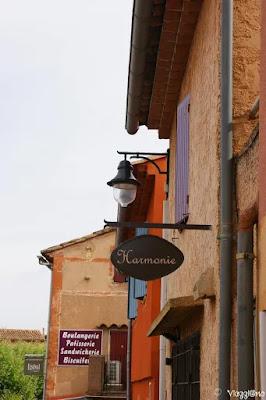 Insegne dei negozi tipici del villaggio