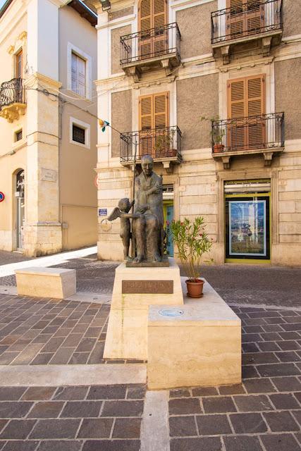 Statua su Corso Ovidio-Sulmona