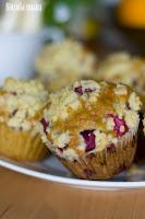 (Migdałowe muffiny z rabarbarem i kruszonką