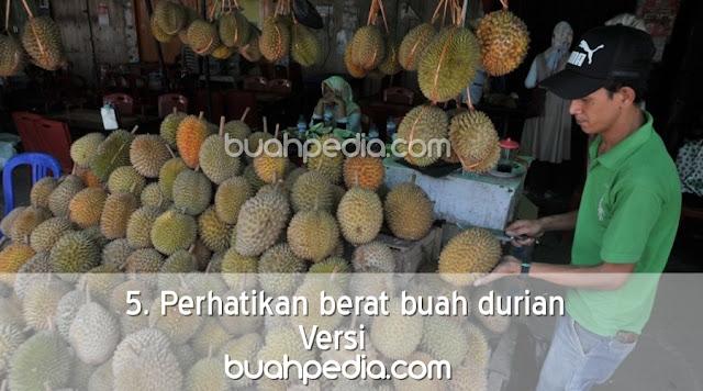 5. Perhatikan berat buah durian
