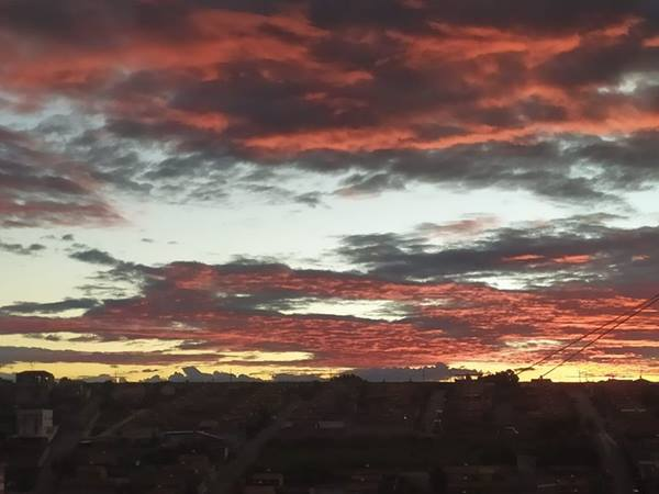 Céu avermelhado no entardecer em Pouso Alegre chama a atenção e impressiona pela beleza