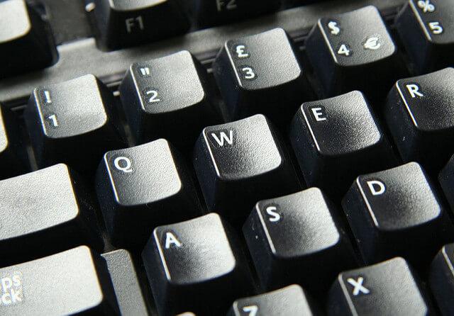 كيفية تنظيف 'لوحة المفاتيح' للكمبيوتر الشخصي