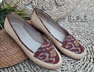 sepatu ini terbuat dari karung goni
