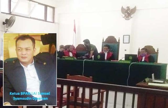 "Palembang - Ketua Badan Penelitian Aset Negara (BPAN) Lembaga Aliansi Indonesia (LAI) Provinsi Sumatera Selatan (Sumsel) menanggapi perkara tahu berformalin atas terpidana Joni Bin Udin, yang divonis Majelis Hakim, dengan hukuman 5 bulan penjara. Hal ini menjadi pertanyaan karena vonis hakim tersebut dibawah 2/3 dari tuntutan Jaksa Penuntut Umum (JPU).  Menurut Ketua BPAN LAI Sumsel Syamsudin Djoesman, vonis majelis hakim tersebut dibawah dari 2/3 tuntutan JPU, hal ini tak akan membuat efek jera bagi pelaku (terpidana,red). Karena mengacu pada UU RI No.18 Tahun 2012 tentang Pangan, Pasal 136 Setiap Orang yang melakukan Produksi Pangan untuk diedarkan yang dengan sengaja menggunakan. Huruf b. bahan yang dilarang digunakan sebagai bahan tambahan Pangan sebagaimana dimaksud dalam Pasal 75 ayat (1) dipidana dengan pidana penjara paling lama 5 (lima) tahun atau denda paling banyak Rp. 10 Miliar.  ""Seharusnya majelis hakim menjatuhkan hukuman diatas tuntutan JPU atau paling tidak dibawah sedikit dari tuntutan JPU, nah kalau vonisnya hanya 5 bulan bagaimana dapat membuat efek jera bagi pelaku, saya yakin abis keluar dari penjara nanti, pelakunya tidak kapok dan akan mengulangi perbuatan yang sama. Masalah hukuman pelaku yang dinilai ringan ini, itu adalah hak dari majelis hakim, yah itu kita kembalikan lagi kepada Majelis Hakimnya mungkin Majelis Hakim ada pertimbangan lain"", ungkap Syamsudin dikonfirmasi dikantornya, Selasa (23/06/2020).  Pada persidangan secara Virtual, di ruang sidang Pengadilan Negeri Palembang Klas IA Khusus, Senin (22/06/2020). Didalam amar putusannya selaku Hakim Ketua Hotnar Simarmata SH menilai perbuatan terdakwa Jono Bin Udin bersalah melakukan tindak pidana memproduksi pangan untuk diedarkan yang dengan sengaja menggunakan bahan yang dilarang digunakan sebagai bahan tambahan pangan.  ""Perbuatan terdakwa sebagaimana diatur dalam Pasal 136 huruf b Jo Pasal 75 ayat (1) huruf b UU RI Nomor 18 Tahun 2012 tentang Pangan. Mengadili dan menjatuhkan pida"
