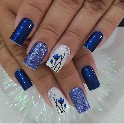unhas azuis com pedrinhas