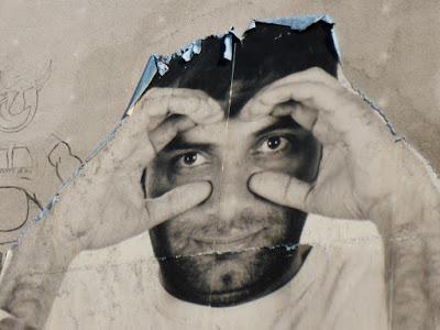 Foto mit Mann, der durch seine Hände schaut, als hielte er ein Fernglas in der Hand
