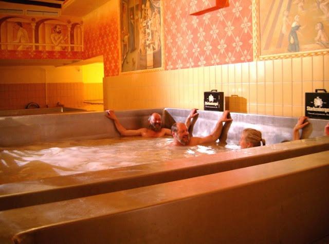La cervecera Starkenberg Brewery, en Austria ofrece a sus clientes ¡una piscina de cerveza!