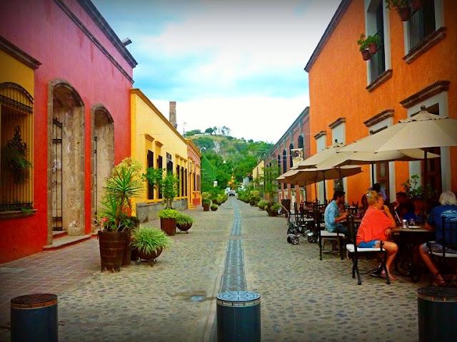 """Tequila, Jalisco es uno de los 121 Pueblos Mágicos y pertenece al municipio homónimo del estado. Es conocido por sus cultivos de agave azul por producir una de las bebidas más emblemáticas de México, que dio origen a su nombre.  Aquí, las festividades más populares son los días 24 y 29 de junio día de San Juan y San Pedro, respectivamente. A este último se le conoce como el """"Día de los Cantaritos"""","""