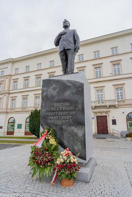 Pomnik Prezydenta Lecha Kaczyńskiego przy placu Piłsudskiego