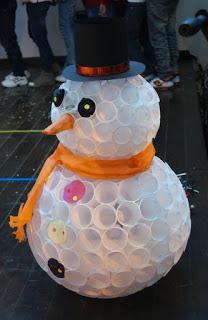 Muñeco-de-nieve-con-vasos-reciclados