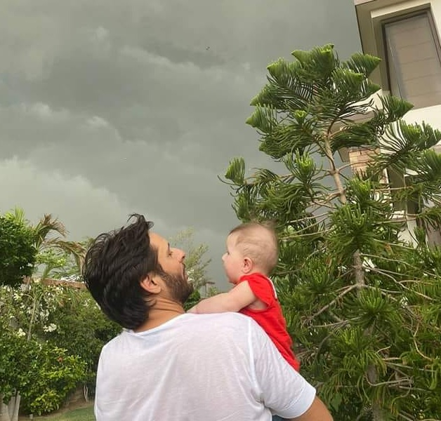 Shahid Afridi Enjoying with His Daughters in Karachi Rain