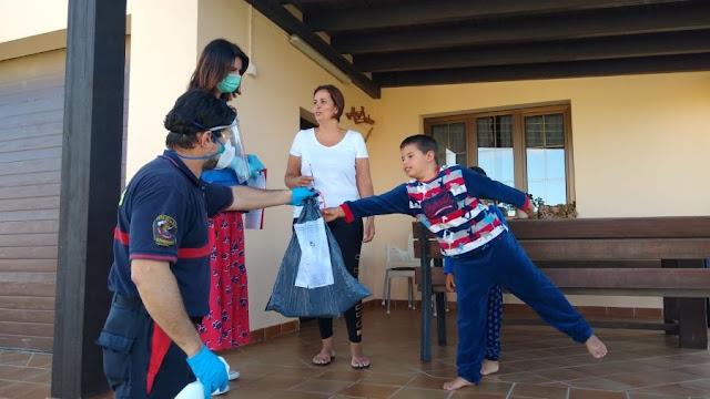 Foto%2Bde%2Bjaneykin%2B%25283%2529 - Fuerteventura.- Bomberos de La Oliva distribuye el material escolar que alumnos del municipio necesitan para finalizar el curso desde casa