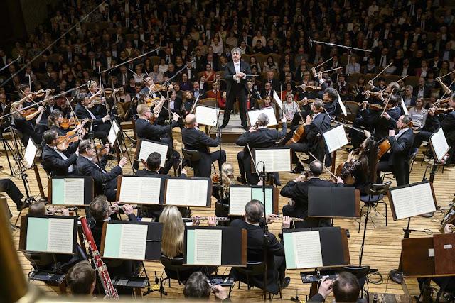 Semyon Bychkov and the Czech Philharmonic Orchestra (Photo Petra Hajska)