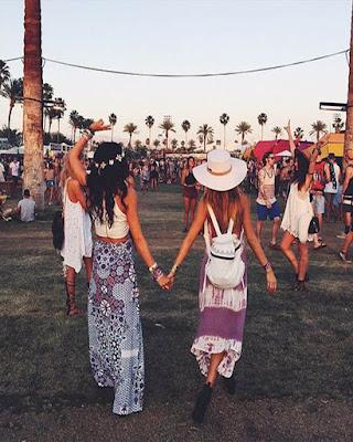 fotos de amigas cogidas de la mano en festival